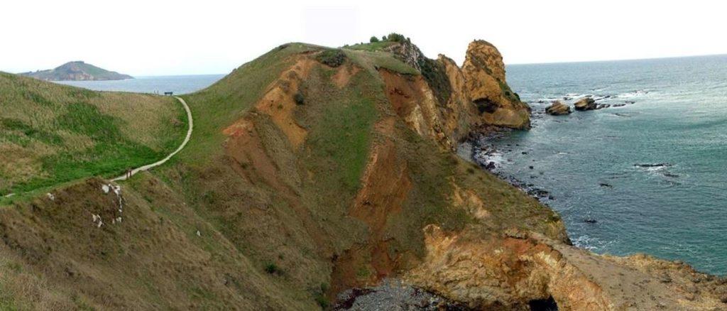 hiking trail along the Huriawa Peninsula cliff.